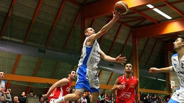 Dejan Hohler vom Basketballclub Alte Kanti Aarau setzt zum Korbleger an.