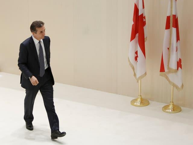 Der georgische Regierungschef Bidsina Iwanischwili geht einen Gang entlang.