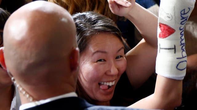 Frau mit Gips und der Aufschrift «I love Obamacare».