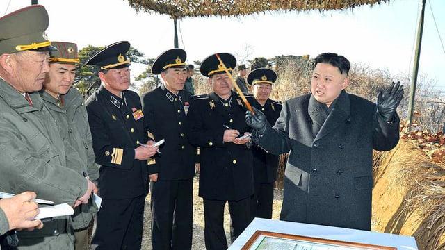 Kim Jong Un mit Armee-Chefs.