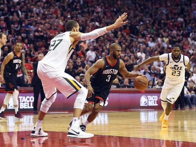 Houstons Chris Paul behauptet sich gegen die Jazz-Spieler.