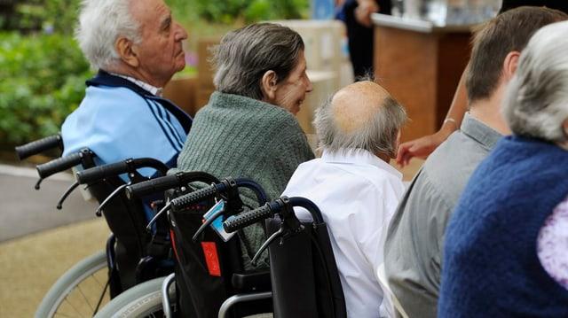 seniors e senioras da davos en sutgas cun rodas