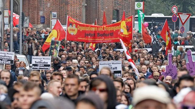 Eine Menschenmenge, die Plakate hochhält