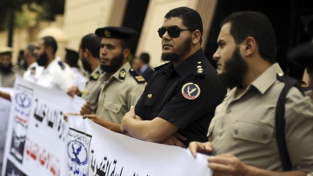 Polizisten und Beamte demonstrieren vor dem Aussenministerium in Kairo
