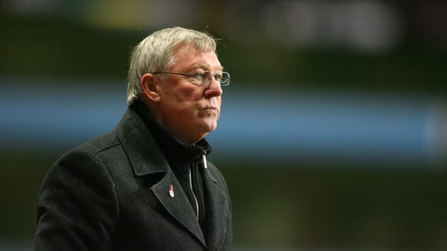 Sir Alex Ferguson blickt konzentriert auf das Spielfeld.