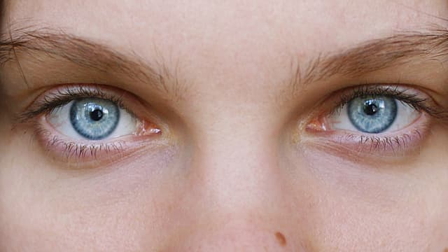 Eine Nahaufnahme von blauen Augen