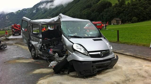 Lädierter Kleinbus nach einer Kollision mit einem Zug.