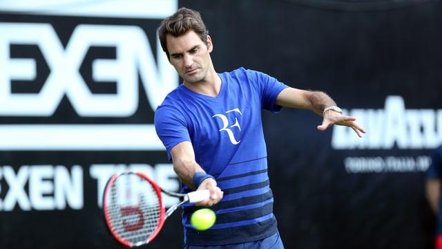 Roger Federer schlägt im Training eine Vorhand.