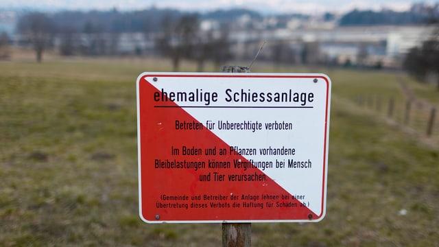Tafel mit Aufschrift: ehemalige Schiessanlage, im Boden kann Blei sein