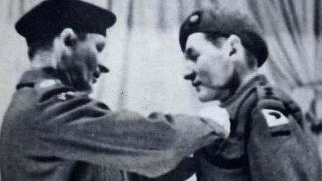 Feldmarschall Montgomery verleiht Bramall eine Medaille nach den Kämpfen in der Normandie.