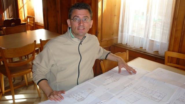 Flavio Pagnamenta cun ils plans per l'Hotel dalla Posta