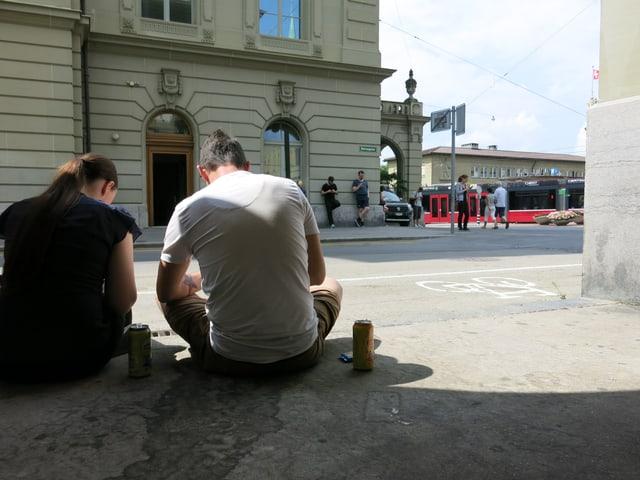 Zwei «Pokémon Go»-Spieler sitzen in einer Laube an der Herrengasse.