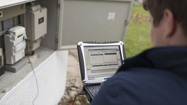 Um cun laptop che legia giu il consum da forza electrica vi d'in dumbrader.