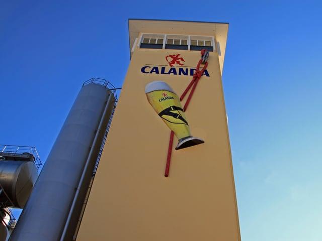 Calanda-Turm mit überdimensionalem Bierglas.