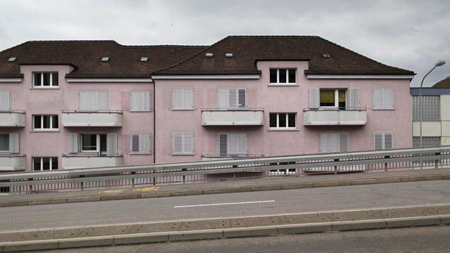 Wohnhaus hinter Europabrücke in Zürich Altstetten.