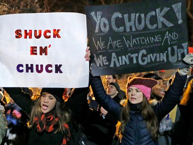 An einem «Resist Trump Tuesday» halten Frauen Transparente in die Höhe, die Schumer unterstützen.