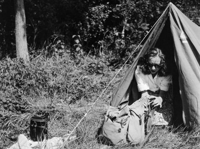Eine junge Frau beim Camping an einem See in der Schweiz, aufgenommen im Sommer 1946.