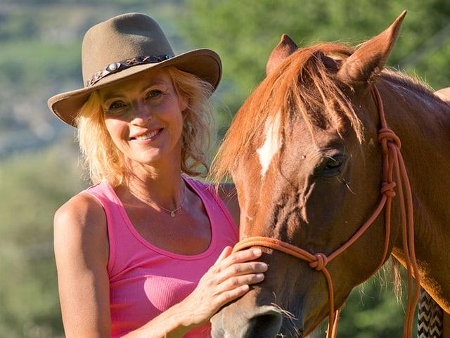 Eine Frau mit einem Pferd.
