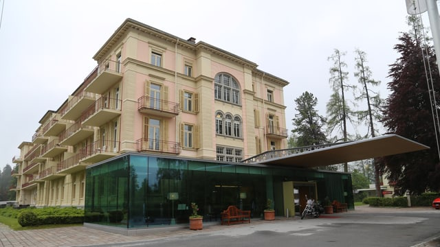 En curt temp vegn infurmà sur dal futur dal Hotel Waldhaus a Flem.