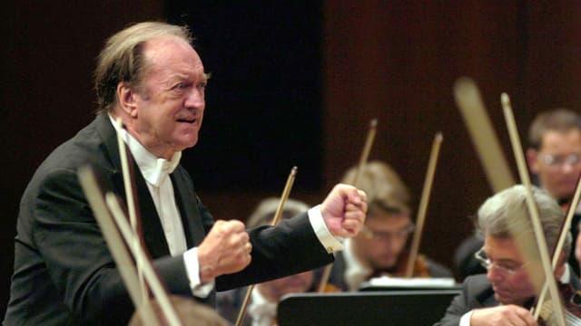 Nikolaus Harnoncourt dirigiert mit geballten Fäusten
