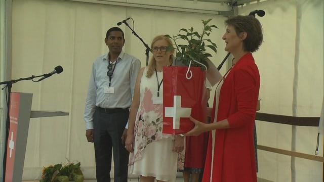 Judith Schnider survegn in regal da la presidenta da la Confderaziun Simonetta Sommaruga.