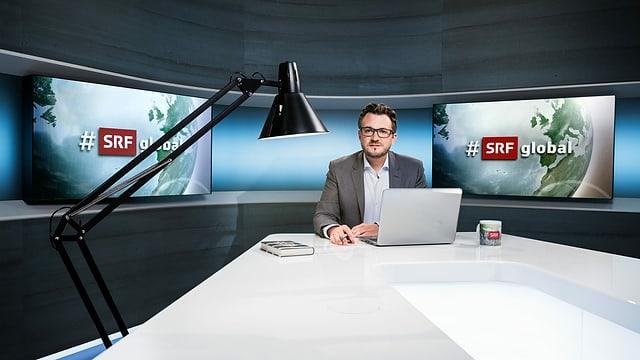 Auf dem Bild ist Moderator Sebastian Ramspeck im Studio.