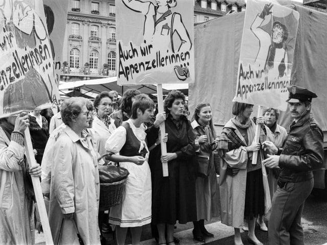 Appenzeller Frauen demonstrieren in Bern für ihr Stimmrecht