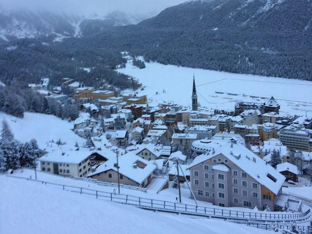 Blick von oben auf das verschneite St.Moritz