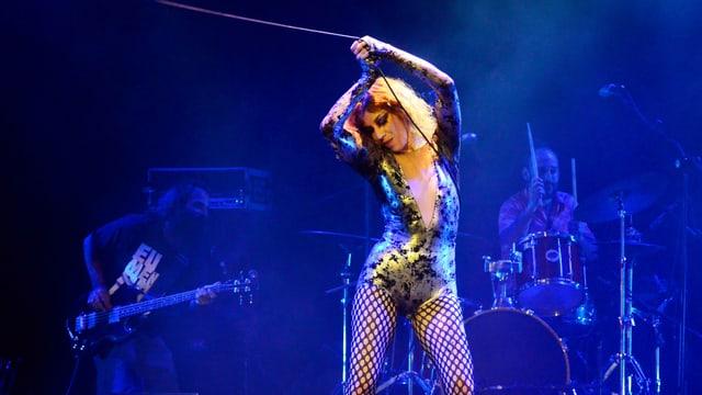 Sängerin Karina Buhr während eines Konzertes.