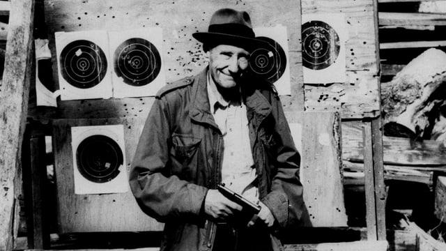 Burroughs mit Hut und Waffe