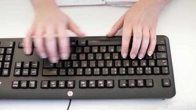 Mauns che tippan sin ina tastatura.