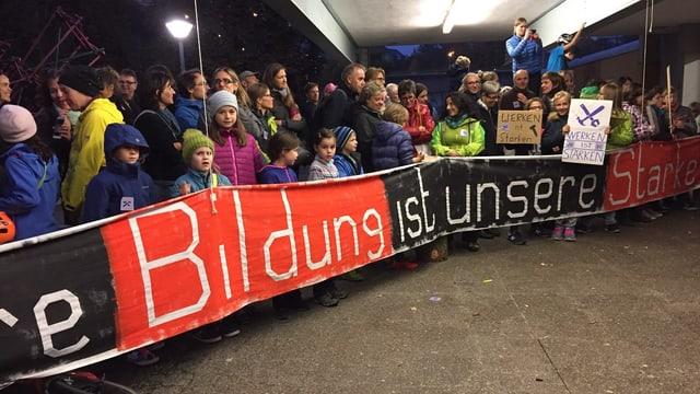 Protestierende Eltern, Lehrer und Kinder