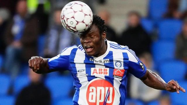 Taye Taiwo bei einem Kopfball.