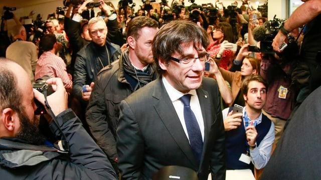 Puigdemont in Menschenmenge.