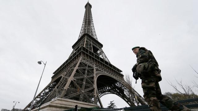 Ein Soldat patrouilliert am Eiffelturm in Paris.