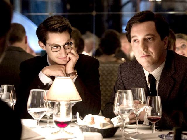 Zwei Männer am Dinner.