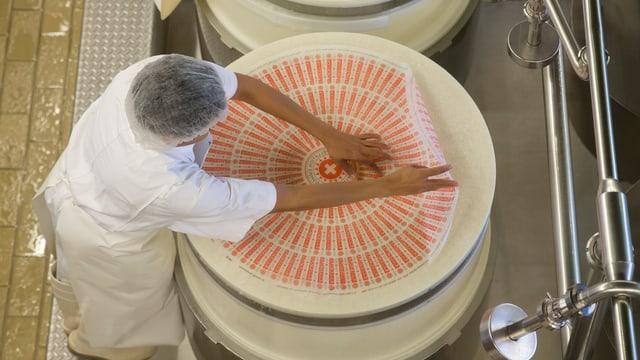 Producziun d'ina roda chaschiel d'Emmentaler.