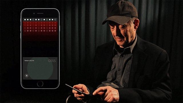 Steve Reich spielt «Clapping Music» auf dem Smartphone.