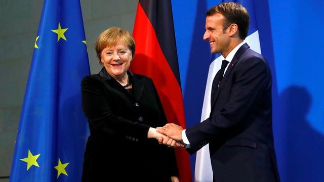 Angela Merkel (linke Seite) und Emmanuel Macron