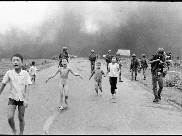 Ein nacktes Mädchen mit furchterfülltem Gesicht flieht vor einem Napalm-Bombenangriff in Vietnam.
