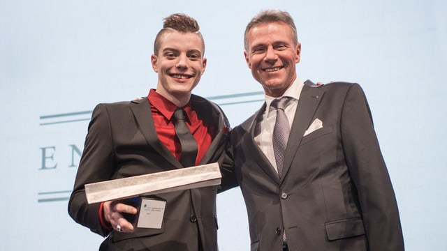 Lucas Fischer mit Auszeichnung in der Hand und Paul Bühlmann.