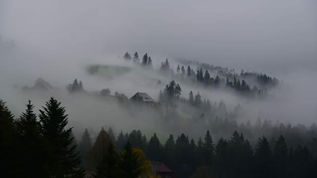 Nebel- und Wolkenfetzen über dem Emmental.