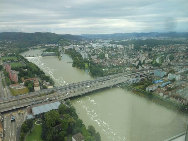 Blick aus einem Hochhaus auf den Rhein und das Flusskraftwerk Birsfelden.