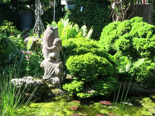 Skulptur im Garten Hans Hensler: «Delphin mit dem Knaben»