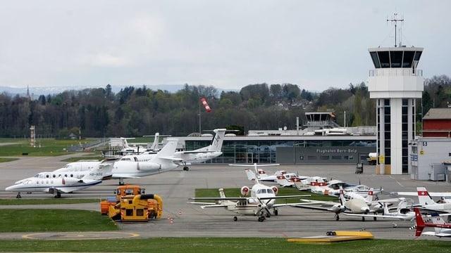 Flughafen Bern-Belp mit Kleinflugzeugen und Geschäftsflugzeugen.