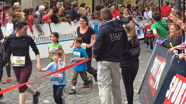 Familien mit Kindern springen durch die Luzerner Altstadt.