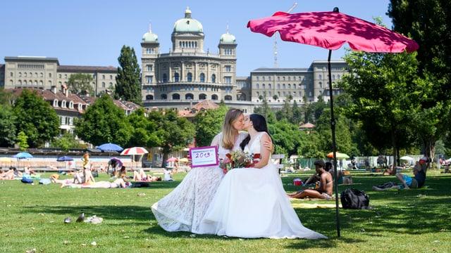 Paar küsst sich vor Bundeshaus