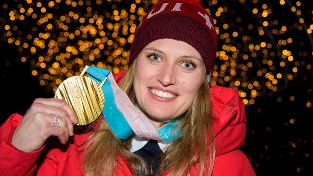 Denise Feierabend cun sia medaglia d'aur.