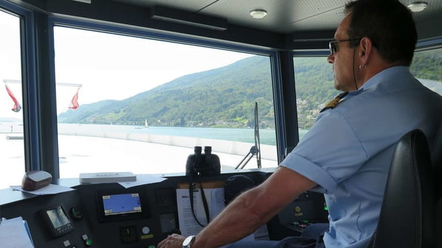 Schiffskapitän in seinem Cockpit