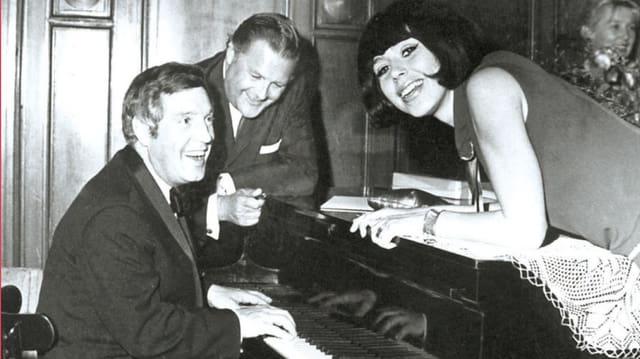 Alexandra, Hans Blum und Fred Weyrich lachend am Piano.